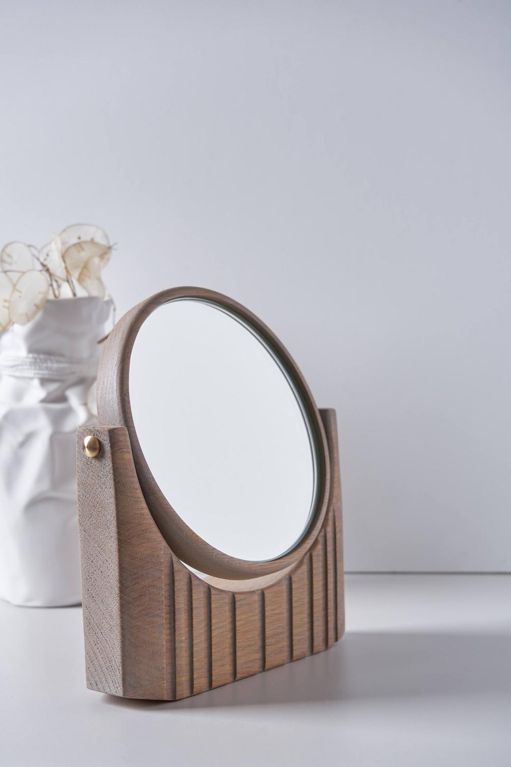 Настольное макияжное зеркало в раме из древесины дуба