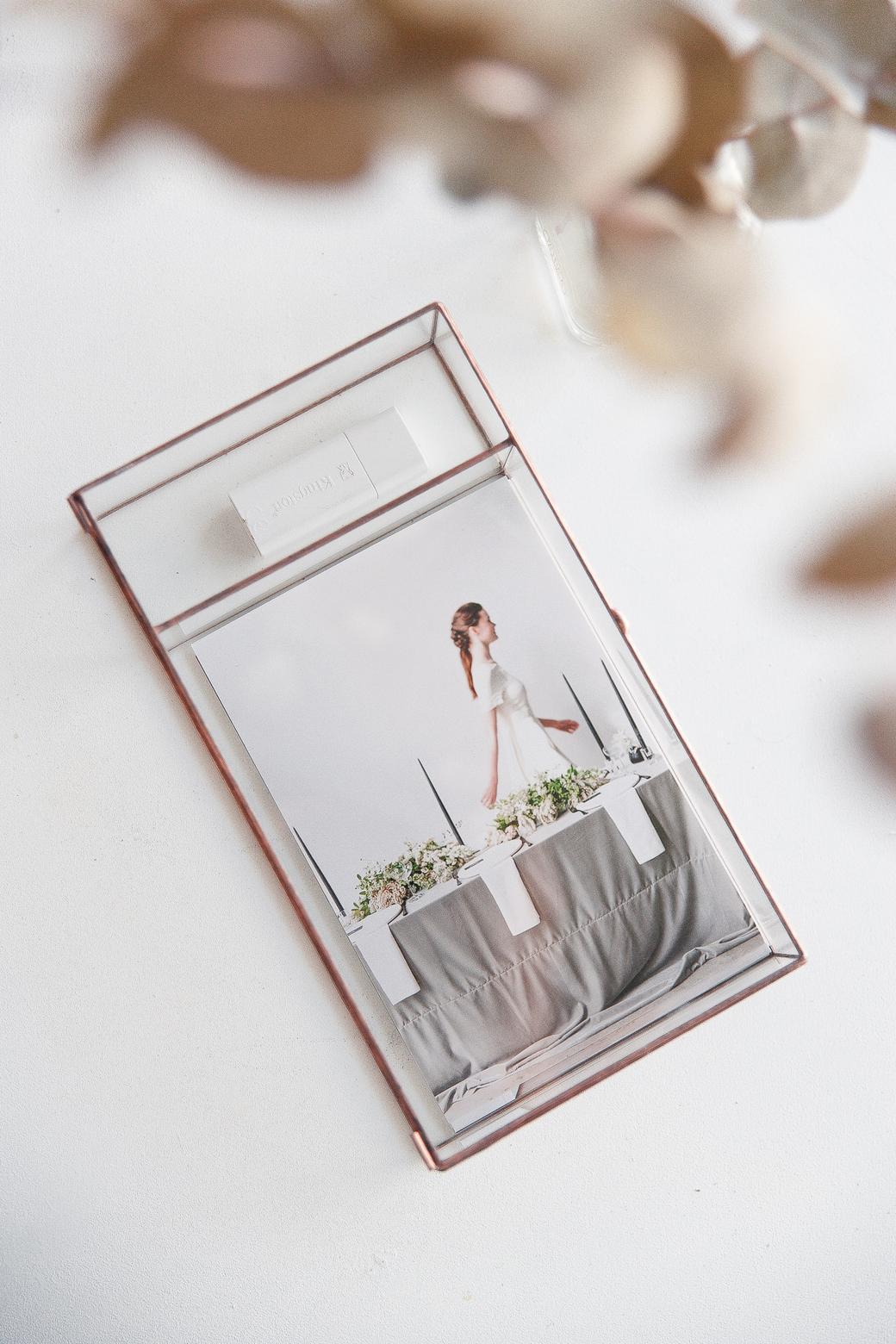 Шкатулка для демонстрации свадебных фотографий с отделением для флешки.