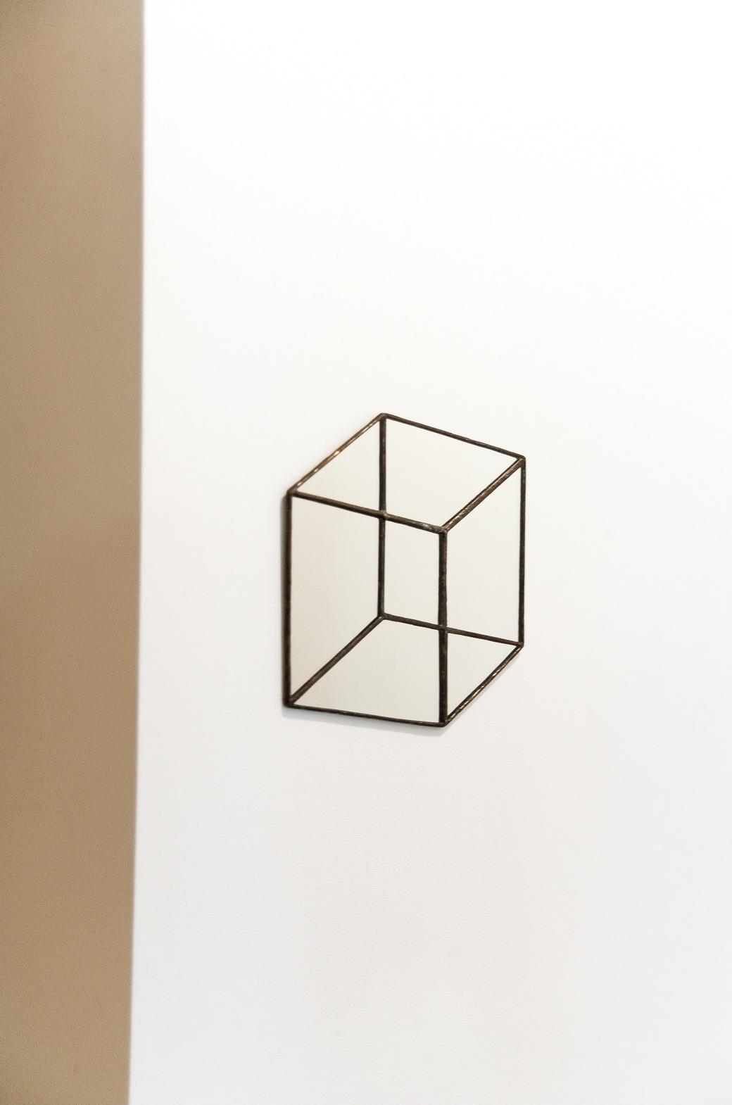 Зеркало в форме куба